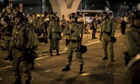 Biểu tình hỗn loạn tại Hong Kong, cảnh sát dùng dùi cui, hơi cay để giải tán - ảnh 2