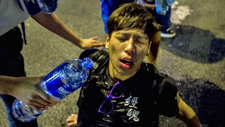 Biểu tình hỗn loạn tại Hong Kong, cảnh sát dùng dùi cui, hơi cay để giải tán - ảnh 3