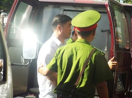 Sơn đang được lực lượng hỗ trợ tư pháp dẫn giải vào TAND tỉnh Khánh Hòa lúc 8h15 sáng nay 11/11.