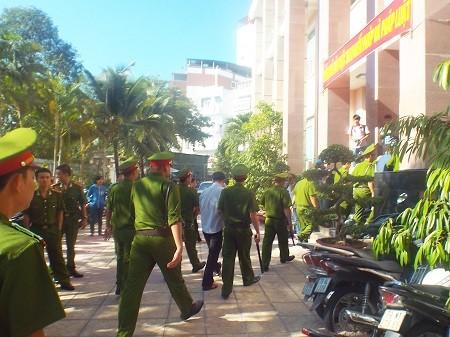 Lực lượng hỗ trợ tư pháp áp giải các bị cáo vào tòa.