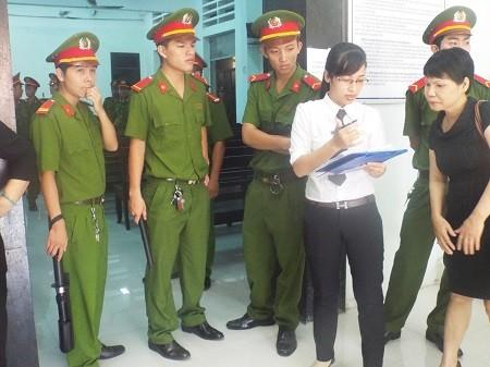 Thư ký làm thủ tục trước khi khai mạc phiên tòa.