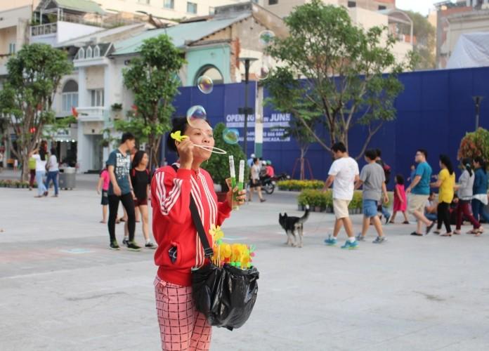 Chiều cuối tuần rộn rã ở phố đi bộ Nguyễn Huệ - ảnh 10