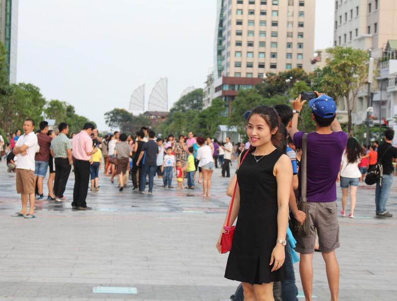 Chiều cuối tuần rộn rã ở phố đi bộ Nguyễn Huệ - ảnh 12