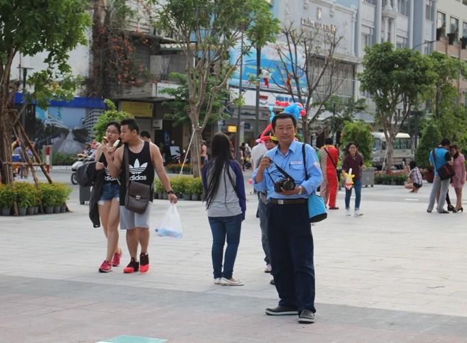 Chiều cuối tuần rộn rã ở phố đi bộ Nguyễn Huệ - ảnh 13