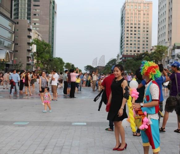 Chiều cuối tuần rộn rã ở phố đi bộ Nguyễn Huệ - ảnh 15