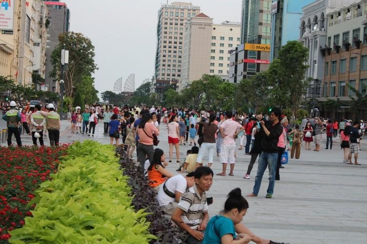 Chiều cuối tuần rộn rã ở phố đi bộ Nguyễn Huệ - ảnh 1