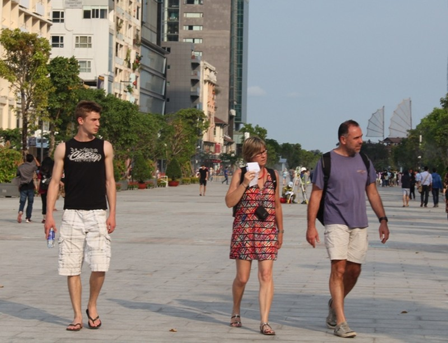 Chiều cuối tuần rộn rã ở phố đi bộ Nguyễn Huệ - ảnh 2