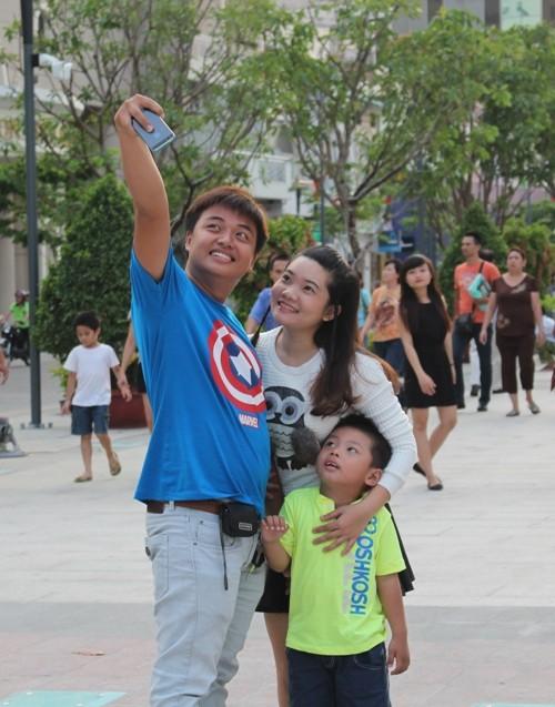 Chiều cuối tuần rộn rã ở phố đi bộ Nguyễn Huệ - ảnh 3