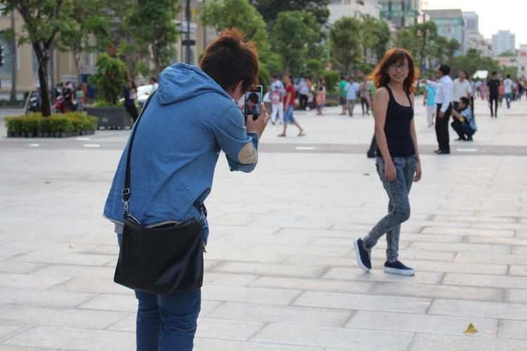 Chiều cuối tuần rộn rã ở phố đi bộ Nguyễn Huệ - ảnh 5