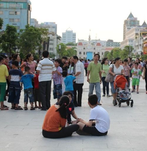 Chiều cuối tuần rộn rã ở phố đi bộ Nguyễn Huệ - ảnh 7