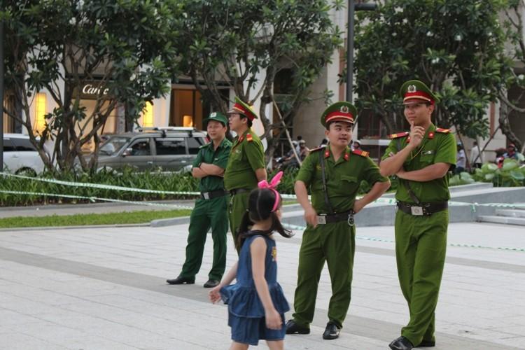 Chiều cuối tuần rộn rã ở phố đi bộ Nguyễn Huệ - ảnh 16