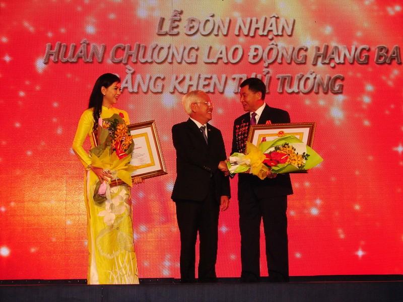 Vợ ông Johnathan Hạnh Nguyễn và tập đoàn IPP nhận huân chương cao quý - ảnh 1