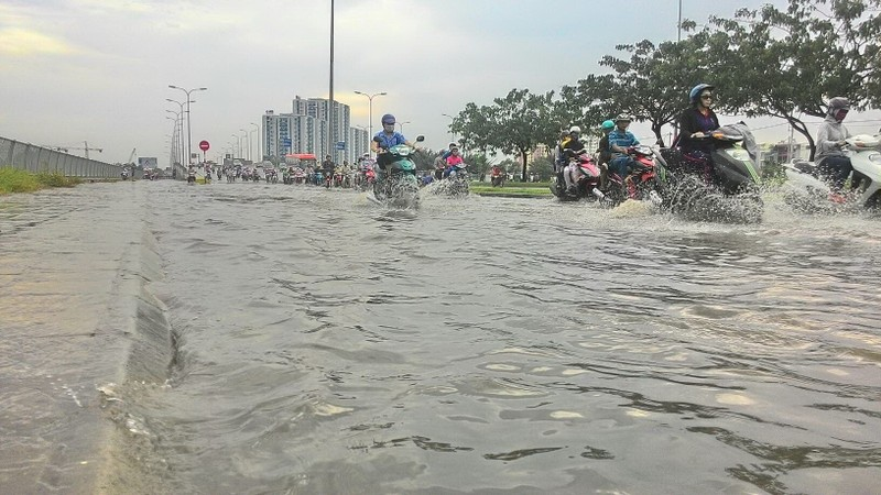 Đại lộ Võ Văn Kiệt mênh mông nước sau cơn mưa ngắn - ảnh 1