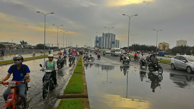 Đại lộ Võ Văn Kiệt mênh mông nước sau cơn mưa ngắn - ảnh 3