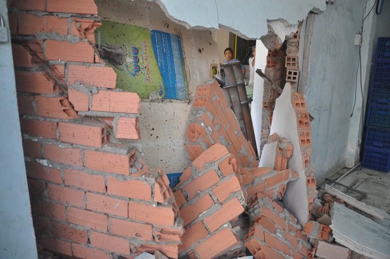 Taxi tông sập nhà dân ở Sài Gòn - ảnh 2
