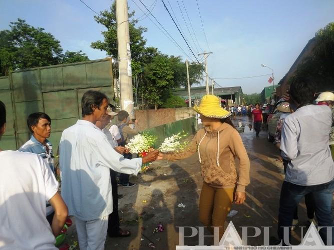Tiễn đưa 6 nạn nhân vụ thảm sát Bình Phước về nơi an nghỉ cuối cùng - ảnh 7
