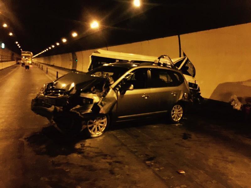 Xe ô tô nối đuôi tông nhau trong hầm đường bộ Hải Vân - ảnh 1