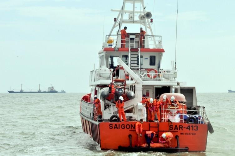 Tung hơn 100 người tìm kiếm nạn nhân vụ chìm tàu Hoàng Phúc 18 - ảnh 1