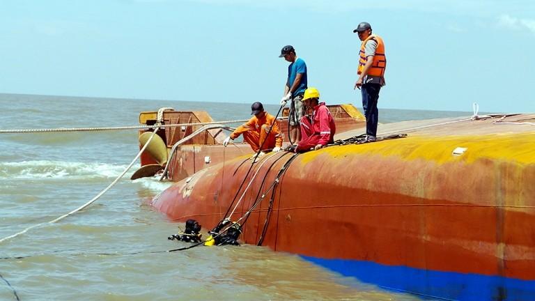 Tung hơn 100 người tìm kiếm nạn nhân vụ chìm tàu Hoàng Phúc 18 - ảnh 3