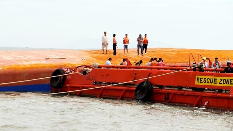 Tung hơn 100 người tìm kiếm nạn nhân vụ chìm tàu Hoàng Phúc 18 - ảnh 4