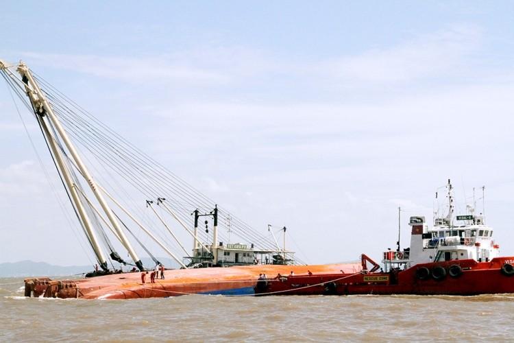 Tung hơn 100 người tìm kiếm nạn nhân vụ chìm tàu Hoàng Phúc 18 - ảnh 5