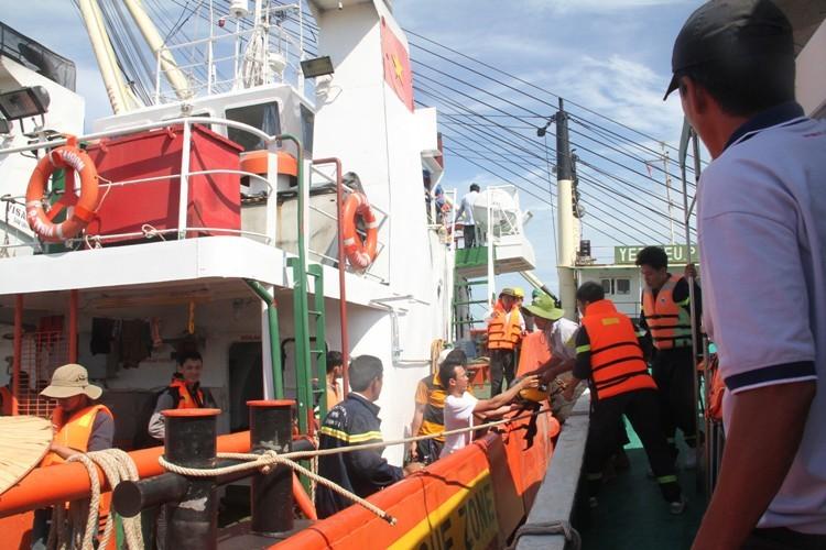 Tung hơn 100 người tìm kiếm nạn nhân vụ chìm tàu Hoàng Phúc 18 - ảnh 6