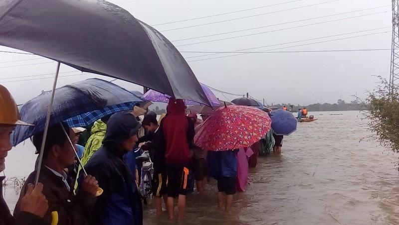 Hàng trăm người đội mưa đợi tin học sinh bị lũ cuốn - ảnh 1