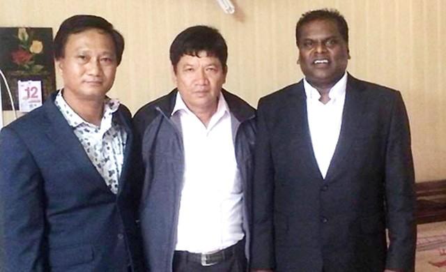 Luật sư Shanmugam và cha của Đoàn Thị Hương (đứng giữa). Ảnh: A.H