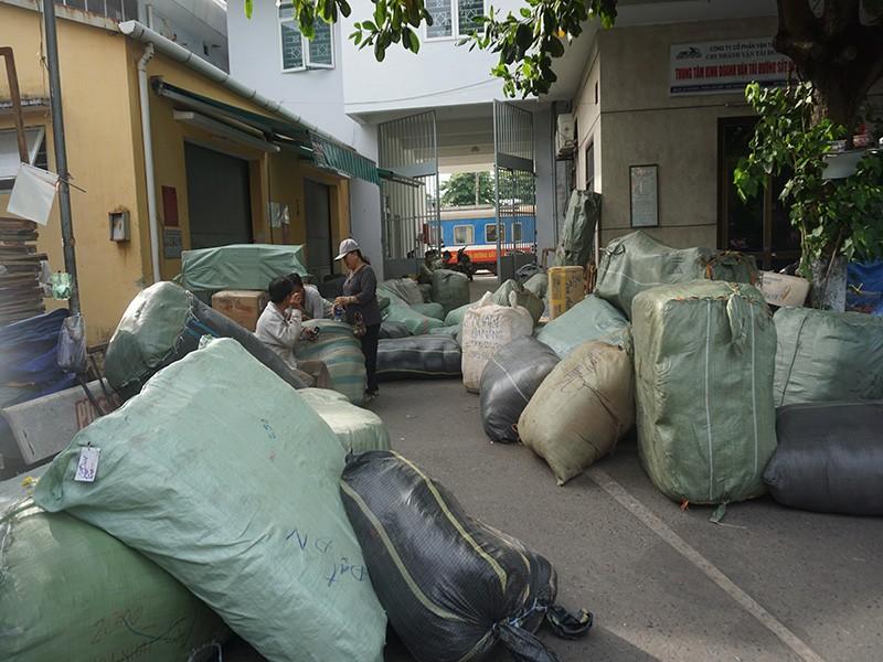 Tạm giữ gần 10 tấn hàng lậu tại ga Đà Nẵng - ảnh 1