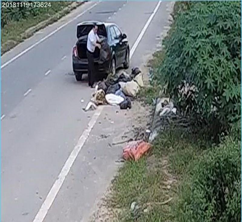 Lái xe hơi đi vứt rác trộm bị phạt 3 triệu đồng - ảnh 1