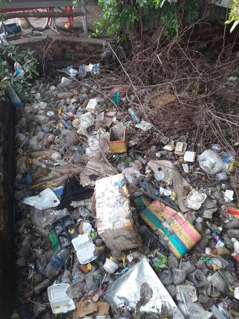 Kinh hoàng rác bẩn trên kênh Rạch Dừa - ảnh 1