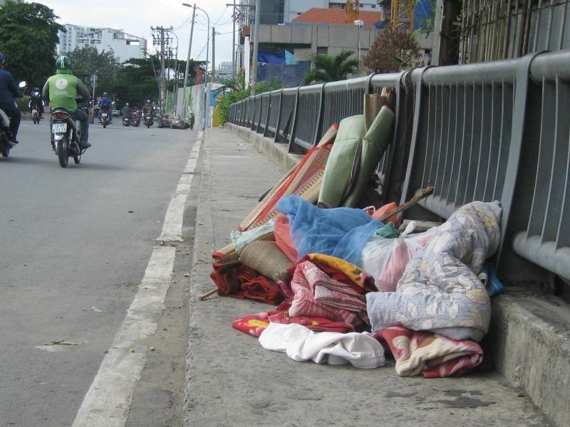 Vứt chăn, nệm cũ ra đường: Phạt đến 7 triệu! - ảnh 1