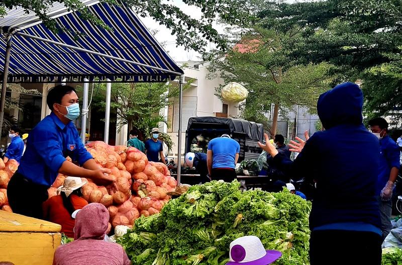 Phân phát 15 tấn rau củ đến người dân thôn Văn Lâm - ảnh 2