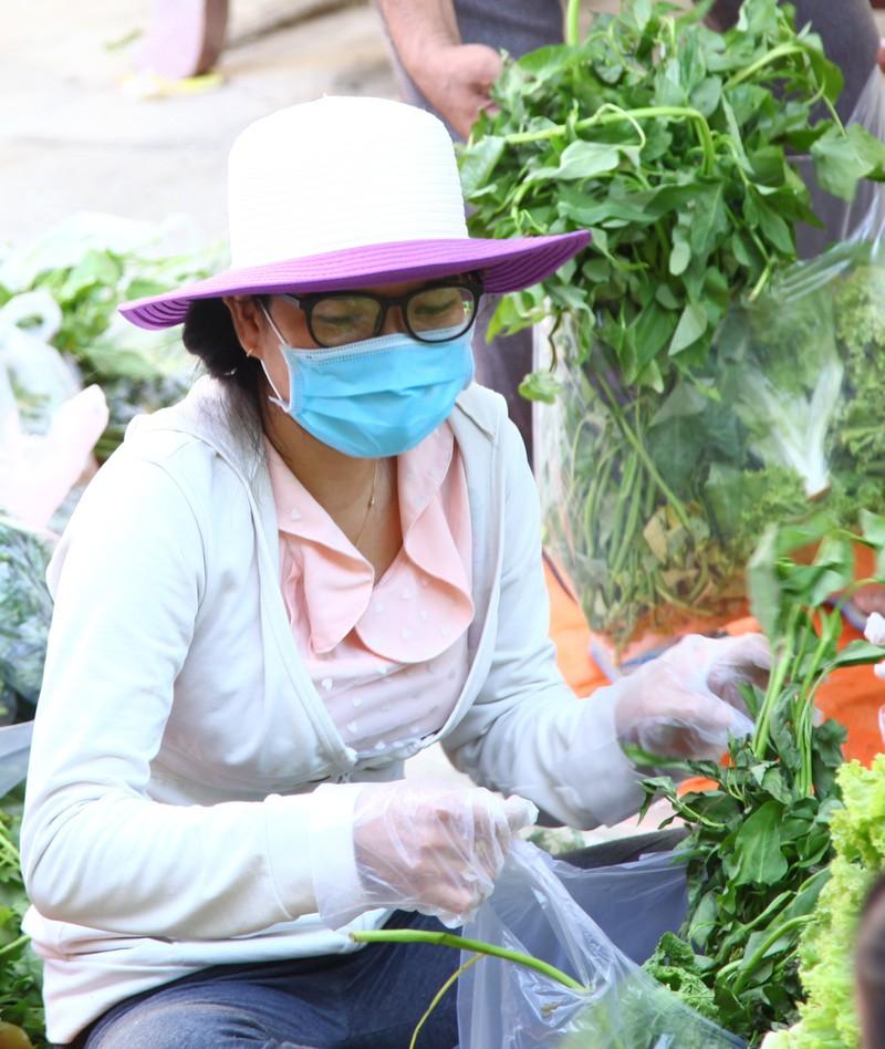 Phân phát 15 tấn rau củ đến người dân thôn Văn Lâm - ảnh 4
