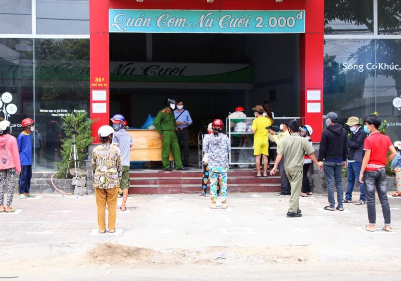 Người nghèo ở Phan Rang được mua gạo 1.000 đồng/kg  - ảnh 1