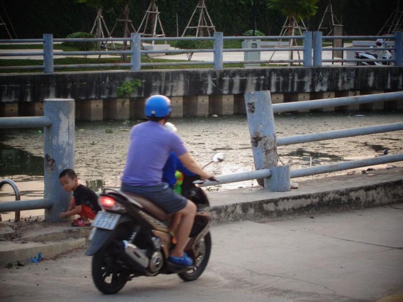 Trẻ em vô tư chơi đùa bên bờ kênh không rào chắn - ảnh 2