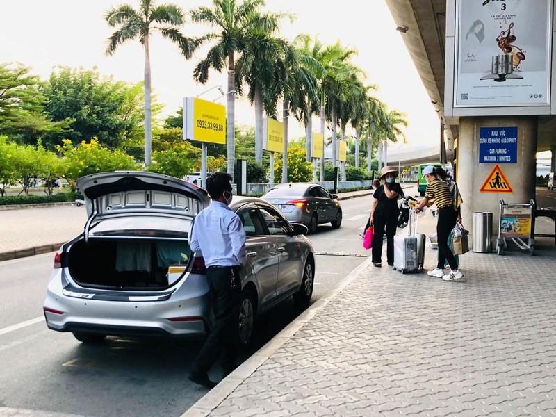 Lúng túng đón xe công nghệ ở sân bay Tân Sơn Nhất - ảnh 1