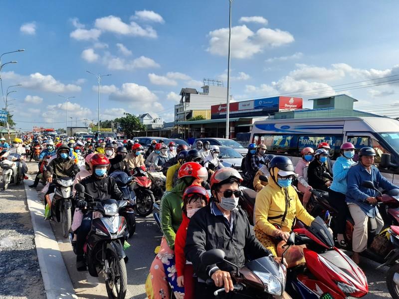 Các tỉnh đưa nhiều giải pháp hạn chế kẹt xe sau lễ - ảnh 1