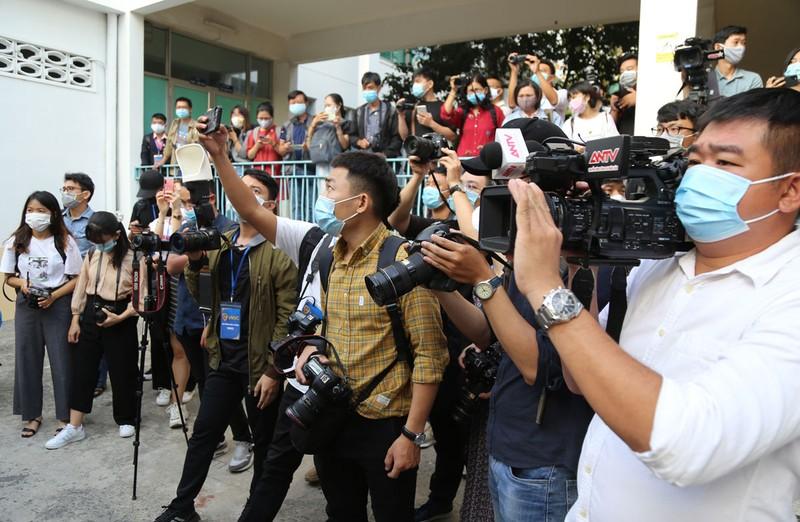 Nhà báo cùng xông vào cuộc chiến chống COVID-19 - ảnh 1