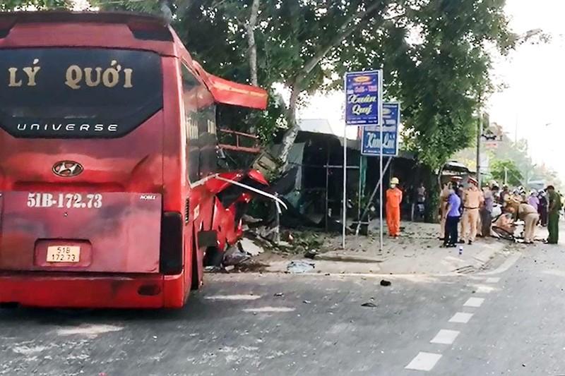 Xe gây tai nạn làm 3 người chết nghi bị lạc tay lái - ảnh 1