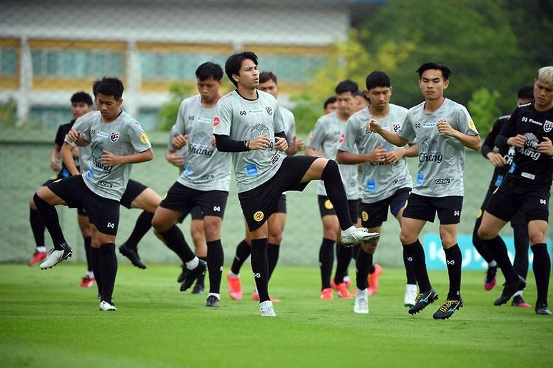 Đội tuyển Thái Lan đội mưa rèn thể lực trước khi sang UAE - ảnh 1