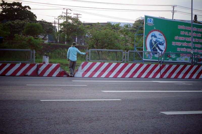 Dải phân cách hỏng gây nguy hiểm trên xa lộ Hà Nội - ảnh 1