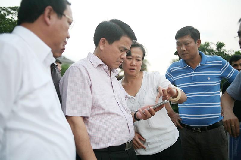 Cá chết ở Hồ Tây: Chủ tịch Nguyễn Đức Chung đi thị sát - ảnh 1