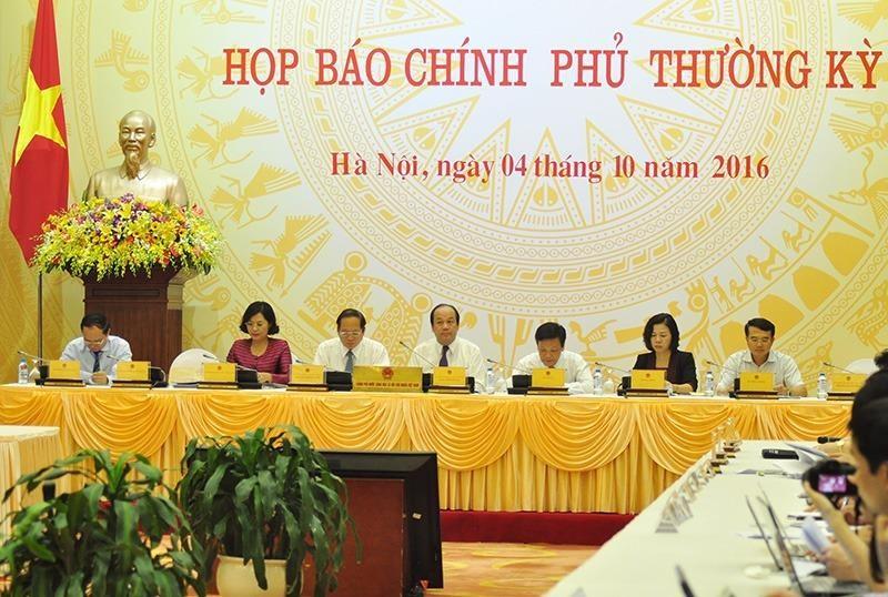 Quang cảnh phiên họp báo Chính phủ thường kỳ chiều 4-10