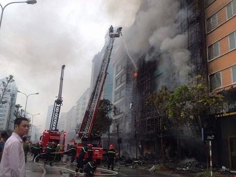 Thi thể nạn nhân vụ cháy quán karaoke để ở BV 198 - ảnh 1