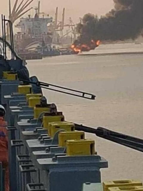 Tàu chở xăng dầu bốc cháy dữ dội tại cảng Đình Vũ - ảnh 1