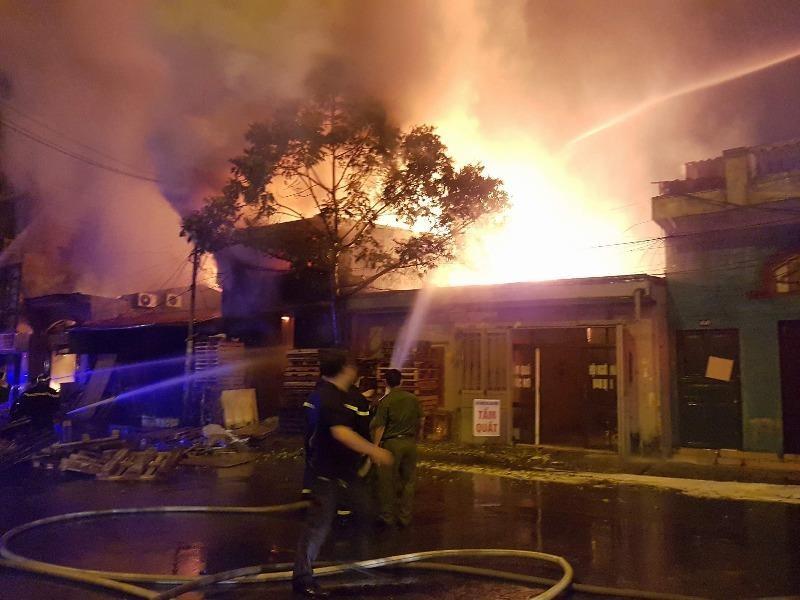 Bãi tập kết gỗ bùng cháy dữ dội - ảnh 1