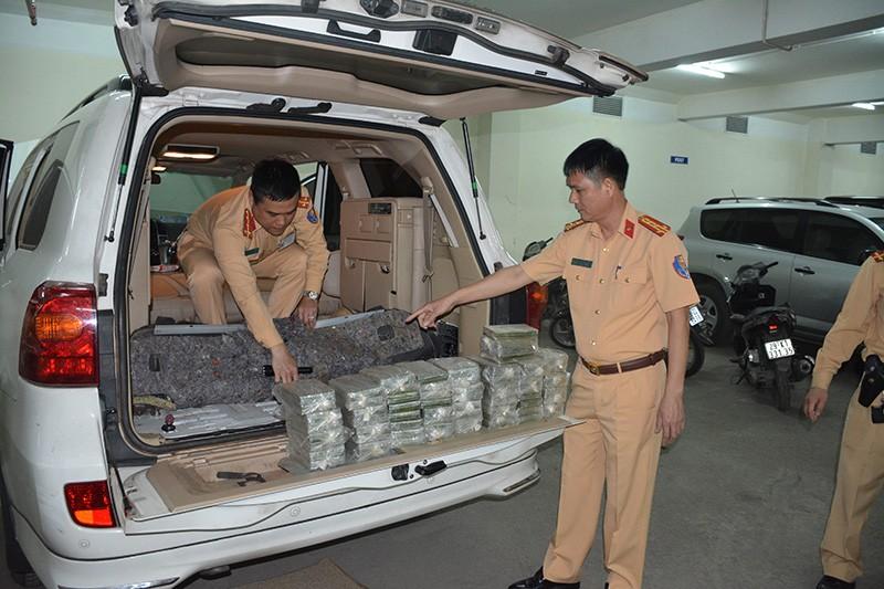 CSGT bắt 100 bánh heroin trên ô tô biển số Lào  - ảnh 1