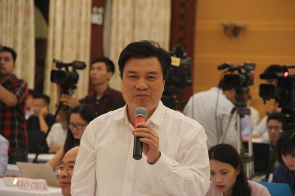 Sách giáo khoa, chợ Long Biên làm nóng cuộc họp báo Chính phủ - ảnh 1