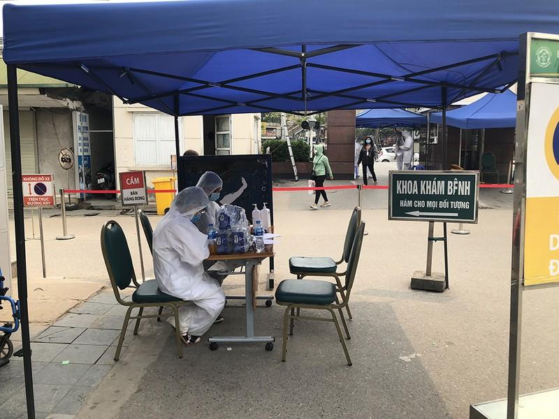 Chùm ảnh: Phong tỏa, thắt chặt giám sát y tế ở BV Bạch Mai - ảnh 6